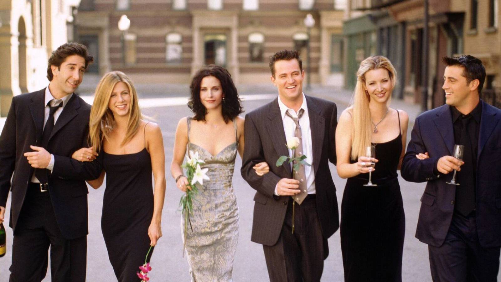www.yardbarker.com: Courteney Cox recounts 'Friends' contract negotiations: 'We all stood by each other'