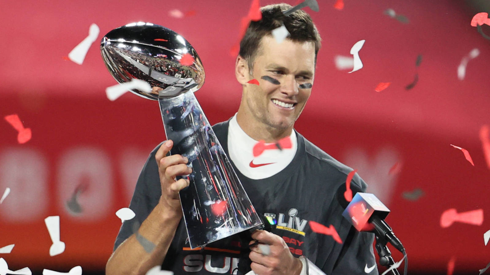 Photo of Tom Brady calls out Aaron Rodgers, Bryson DeChambeau in funny putting video