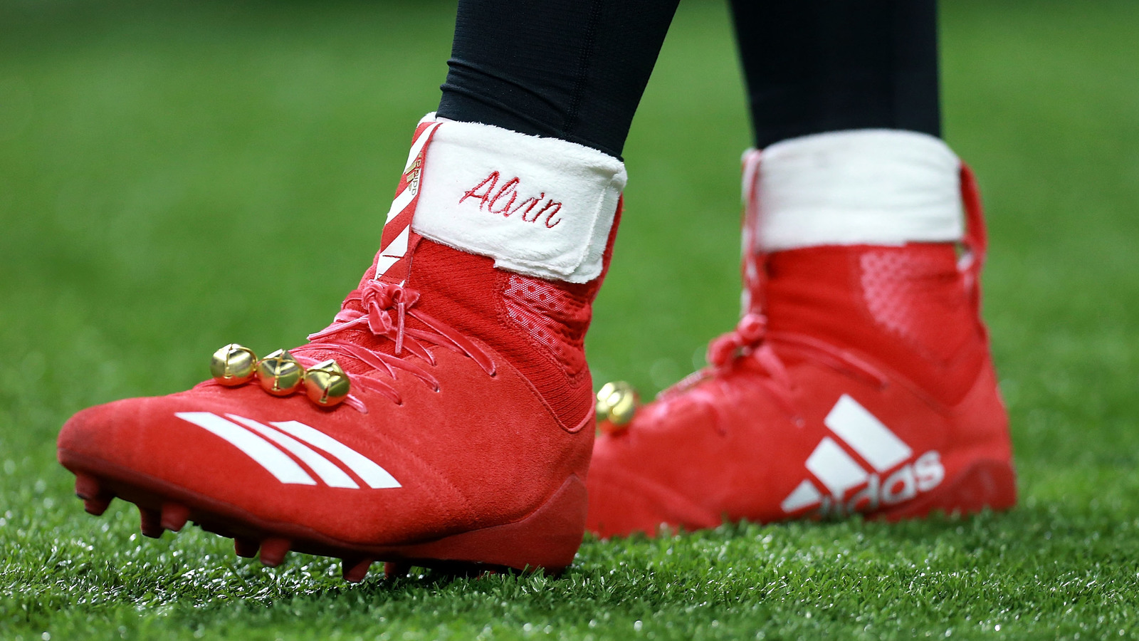 Alvin Kamara fined by NFL for Christmas cleats | Yardbarker.com