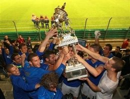 Italy's players hoist the Toulon tournament trophy, after defeating Chile in the final match. Thursday, May 29, 2008...