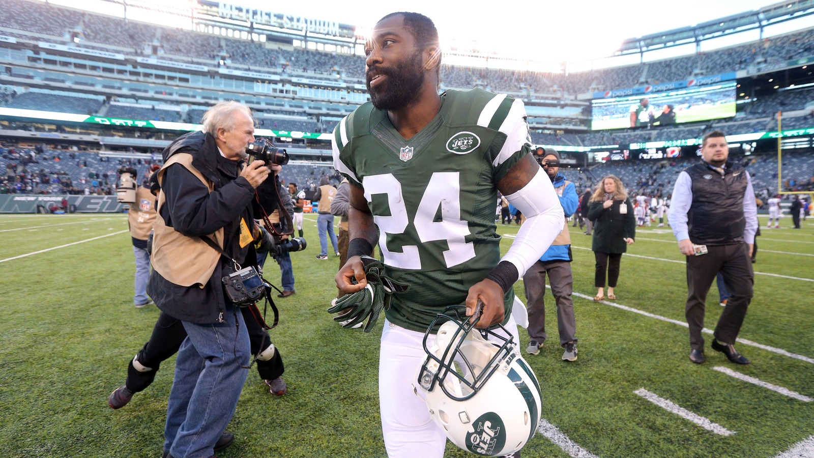 Jets' Darrelle Revis turns himself in to police in Pittsburgh