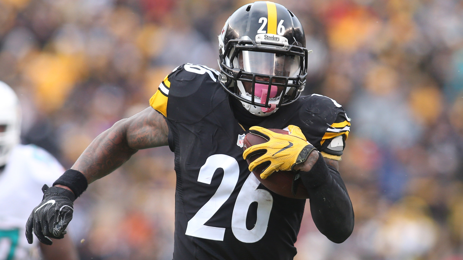 Le'Veon Bell makes appearance at Steelers' facility